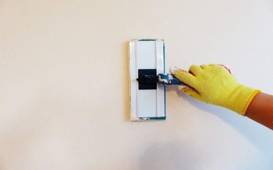Jak wykończyć nierówne ściany?