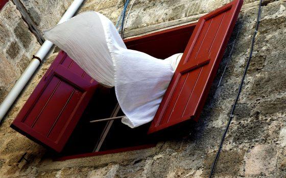 Kilka prostych sposobów na czyszczenie zasłon i firan